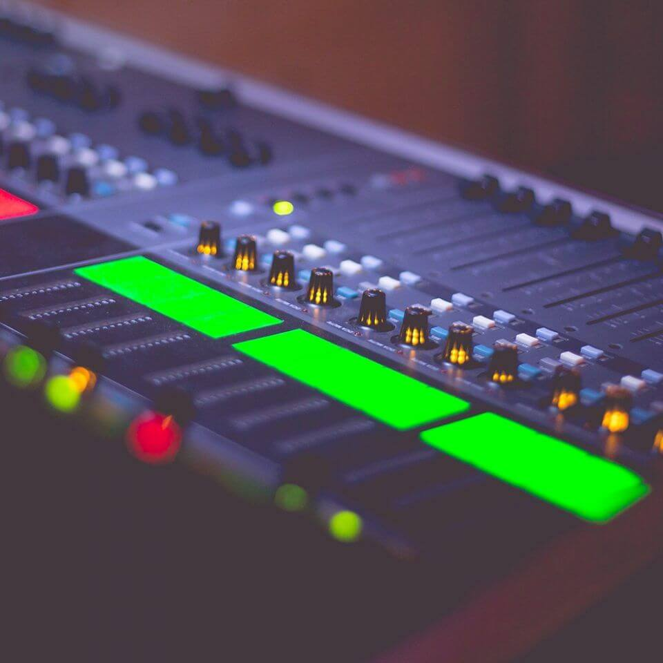 sound-engineers-audio-music-mix-pult-picjumbo-com-960×960 (1)